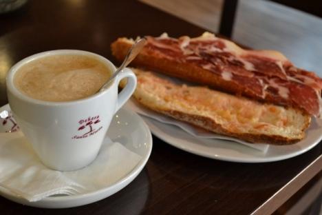 café con leche y bocadillo de jamón